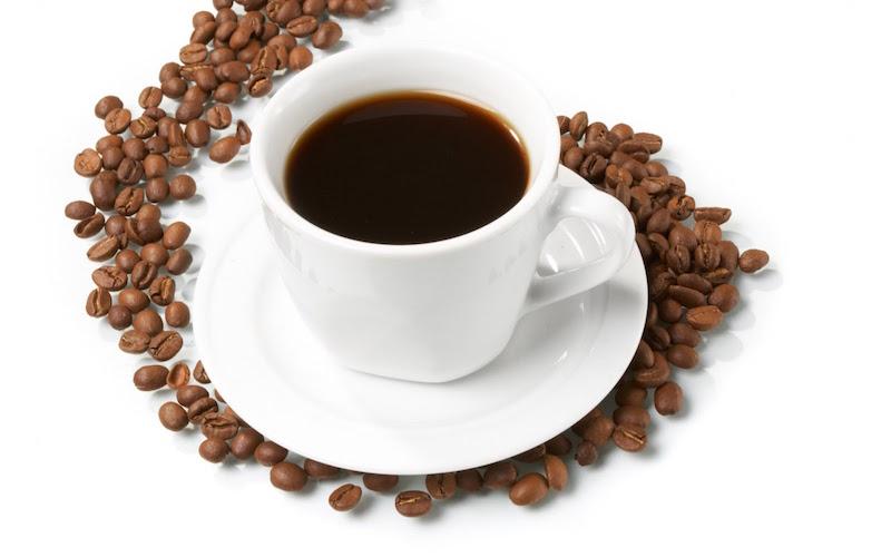 Taza de café sobre granos de café