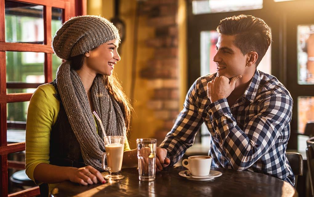 pareja en cafetería