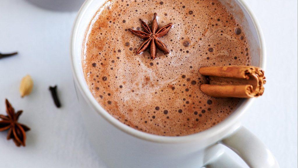 Taza de té chai con canela