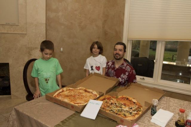 Laszlo e hijos comiendo pizza