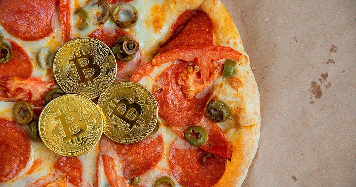 pizza de con símbolo bitcoins